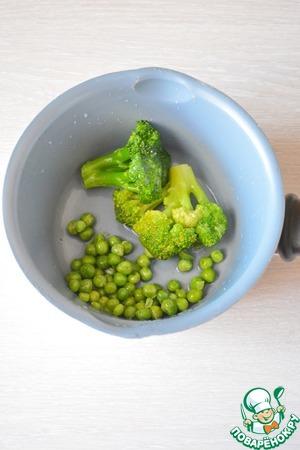 Брокколи и горошек (у меня замороженные) варите 2-3 минуты, затем откиньте на сито и облейте ледяной водой, дайте стечь воде