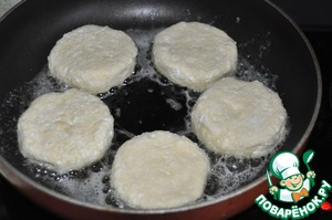 When oil is hot, put in a pan cheesecakes. Fry on both sides until it will turn brown over medium heat, approximately 4 minutes.