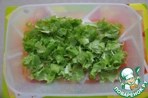 Ставим филе вариться. В это время моем листья салата, рвем произвольно руками и укладываем на дно салатника (у меня сразу большой контейнер, который соответствует моим аппетитам)))
