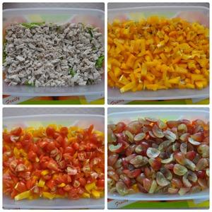 Все подготовлено, нарезано. Начинаем собирать салат. На листья выкладываем куриное филе, затем болгарский перец, помидоры черри и виноград.