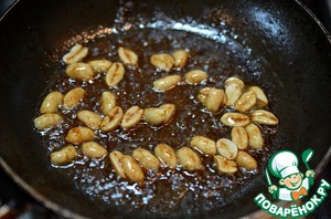 Then in a pan fry a little peanut. Add chicken broth or boiling water (100-140 g) and sesame oil. Let the sauce be a little.