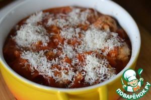 Залить соусом.   Посыпать сверху тертым сыром.   Запекаем в духовке при 180гр 25 минут.