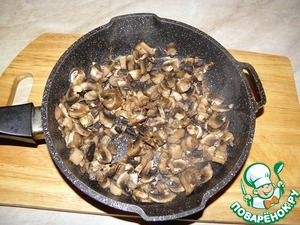 Mushrooms cut into thin half-rings. Put the mushrooms on a dry pan without oil, evaporate the liquid and sauté for 3-4 minutes.