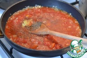Добавить томаты, лавровый лист, специи и вино. Посолить.   Довести до кипения и варить 10 минут под крышкой.