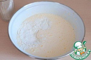 In a mixture of eggs and sugar, add portions of the flour. Gently knead the batter from the bottom up.