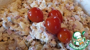 Add mayonnaise and our secret ingredients. This marinated tomatoes, pickle from them, and horseradish. Tomatoes, of course, it is necessary to clean from the skin. They brought the salad to taste. If You are preparing a large portion of salad and plan to eat the next day, the tomatoes should not be added to confine the brine.