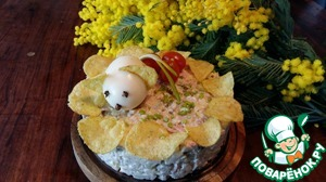Add to the salad with three kinds of meat will give it a unique rich taste. I decorated the salad with the mouse and chips.