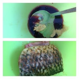 В посуду для маринования влить:соевый соус, уксус бальзамический, масло. Добавить специи и горчицу. Тщательно перемешать маринад и выложить рыбу. Тщательно обмазать рыбу маринадом и оставить минимум на час.