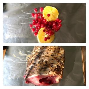 На фольгу выложить кружочки лимона без косточек и кожуры ( чтобы при запекании лимоны не дали горечь ) и горсть замороженой клюквы ( можно красную смородину). Сверху выложить рыбу.