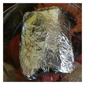 Тщательно завернуть рыбу в фольгу и выложить в форму для запекания. Отправить в духовку при 200 гр на 20 минут. Затем духовку выключить и оставить рыбу на 10 минут. Фольгу вскрывать и разворачивать не надо, чтобы не вытек сок и рыба не стала сухой. Подавать рыбу с любимым гарниром или овощами и зеленью.
