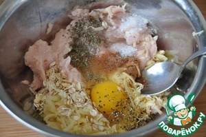 Put the egg, salt, herbes de Provence, nutmeg, svezhemoloty a mixture of peppers.