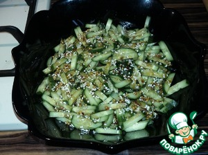 Mix all the components of our filling and pour half of it over the cucumbers. This need to have our lettuce did not interfere with later uniform impregnation of the components of the salad.