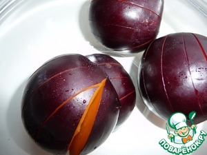 Plum wash, cut into two halves, remove the seeds and make cuts on the skin, so it does not burst while baking.