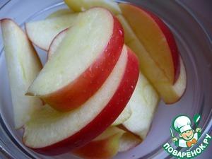 Яблоки помыть, удалить серцевину и нарезать на дольки, сбрызнуть соком лимона, чтобы не потемнели.