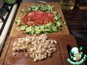 While we have the beans cooked, we cut the cucumber cubes, tomato medium slices, cherry tomatoes into 4 pieces, squid randomly from the jar, but not large.