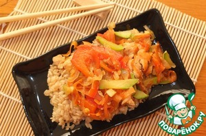 On the plate put a serving of rice, top chicken with vegetables, pour the resulting juice.