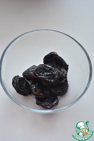 Prunes rinse, pour boiling water for 5 minutes, drain, dry on a napkin and cut into small pieces