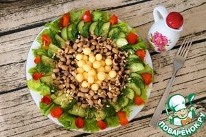 Полить салат заправкой и подать к столу. Приятного аппетита!