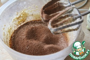 Pour the milk and add dry ingredients - flour with baking powder and cocoa.