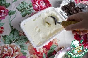 С помощью специальной ложки формируем шарики мороженого и выкладываем на тарелку