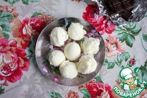 Тарелку с шариками мороженого на 1 час убираем в морозилку.