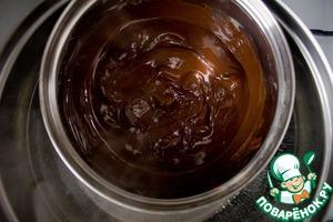 Достаем из морозилки шарики мороженого и быстро окунаем по одному в расплавленном шоколаде. Так как шоколад на холодном мороженом застывает моментально, то нужно делать все быстро, иначе он начнет отслаиваться.